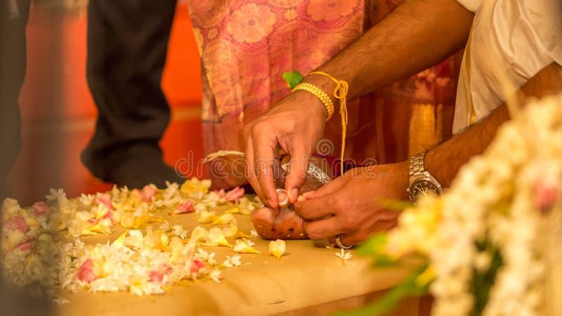 Aliança de casamento indiana no pé das noivas imagem de stock