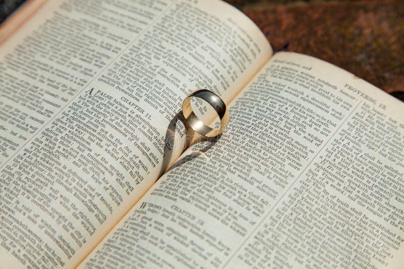 Aliança de casamento na Bíblia imagem de stock royalty free