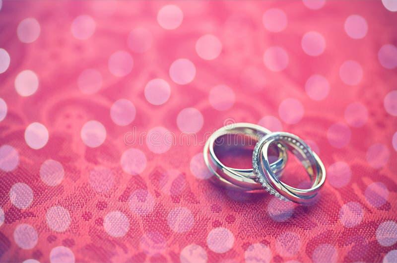 Aliança de casamento na toalha de mesa foto de stock royalty free