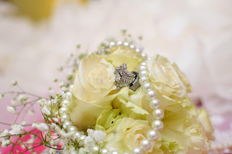 Aliança de casamento nas rosas brancas imagens de stock