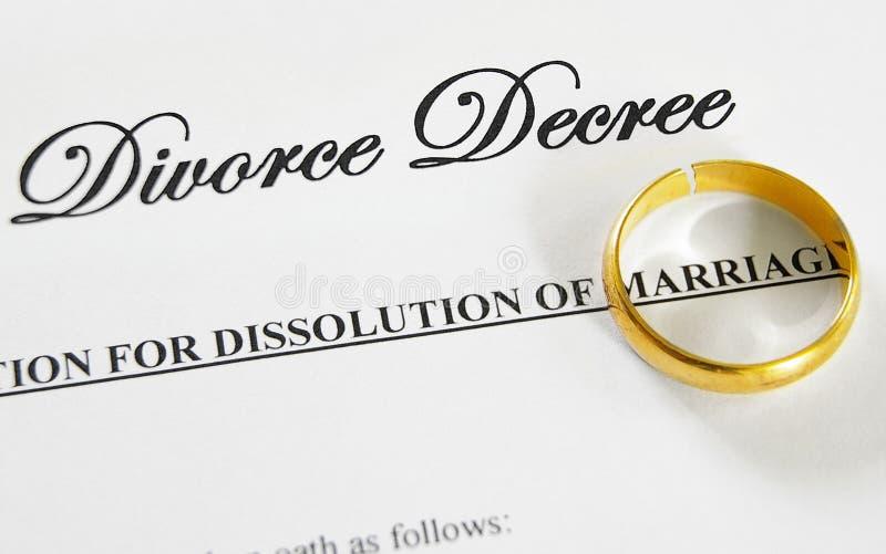 Aliança de casamento quebrada fotos de stock royalty free