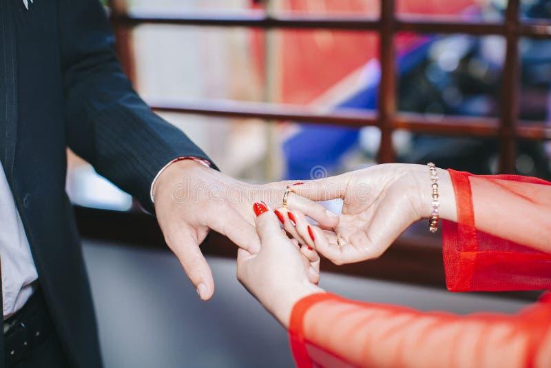 Aliança de casamento vestindo foto de stock royalty free