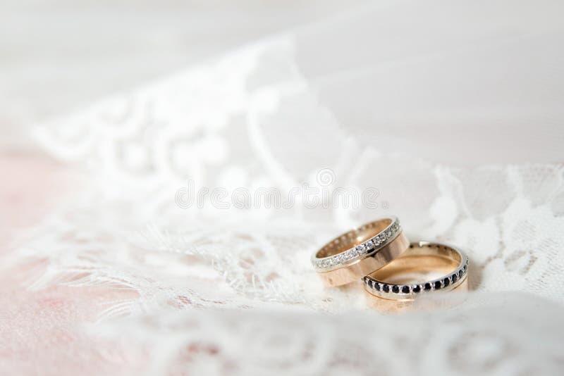 Alianças de casamento bonitas Declaração do amor fotografia de stock