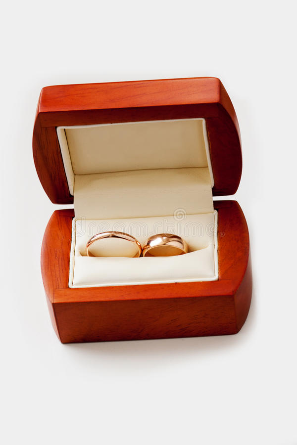 Alianças de casamento do ouro na caixa de madeira foto de stock royalty free