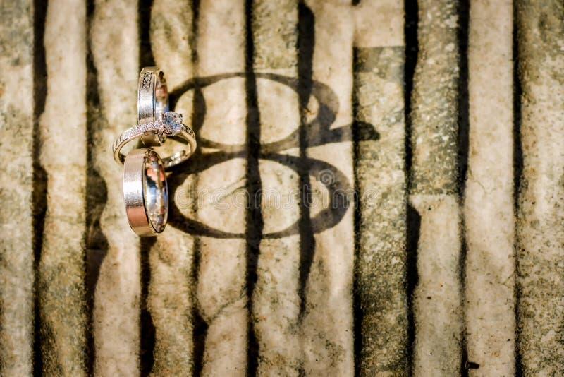 Alianças de casamento do ouro na pedra fotografia de stock