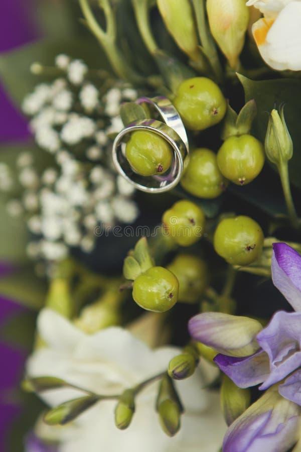 Alianças de casamento e flores bonitas fotografia de stock