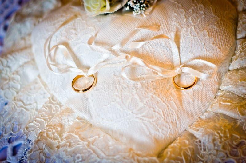 Alianças de casamento em um branco branco do descanso foto de stock royalty free