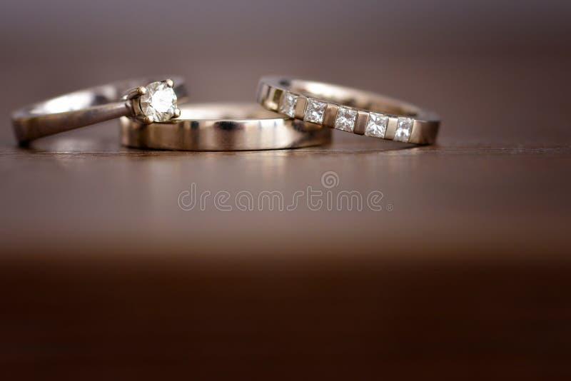 Alianças de casamento isoladas do ouro branco fotografia de stock