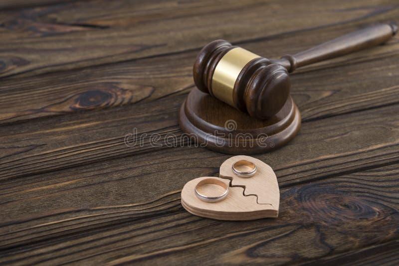 Alianças de casamento na figura fotos de stock