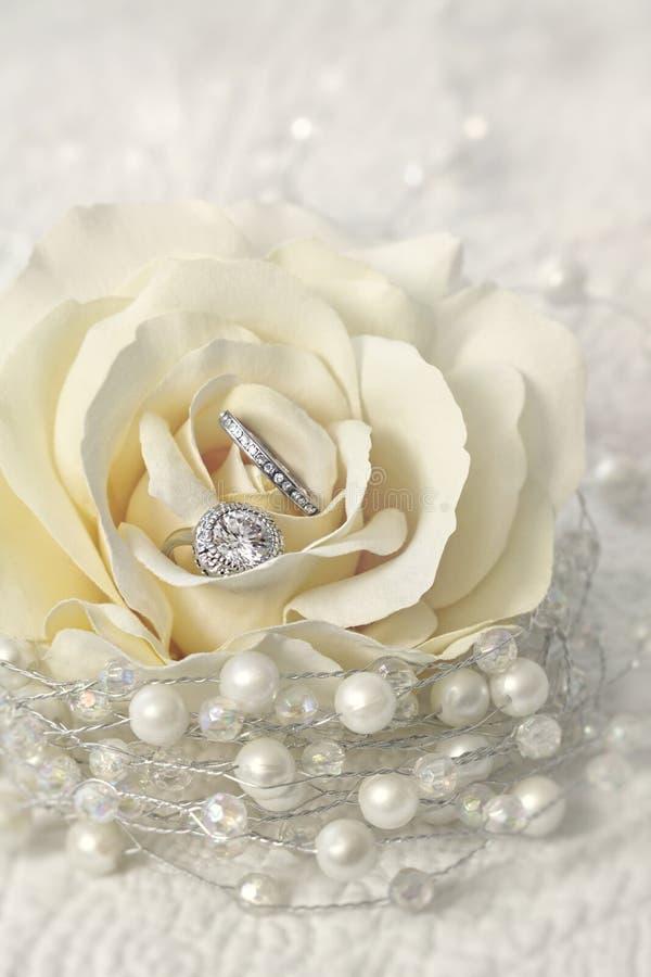 Alianças de casamento na flor cor-de-rosa fotos de stock royalty free
