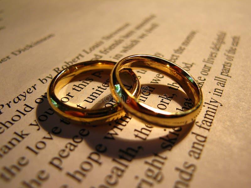 Alianças de casamento na oração do casamento do ` s de Stevenson fotos de stock