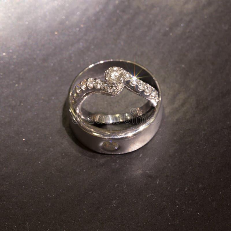Alianças de casamento na pedra de mármore preta imagens de stock