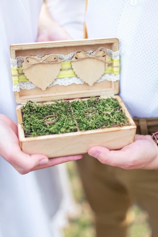 Alianças de casamento no caixão foto de stock royalty free