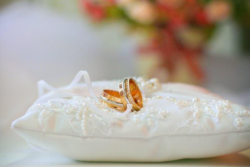 Alianças de casamento no coxim fotos de stock