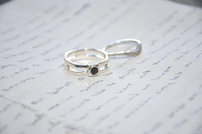 Alianças de casamento no discurso fotos de stock