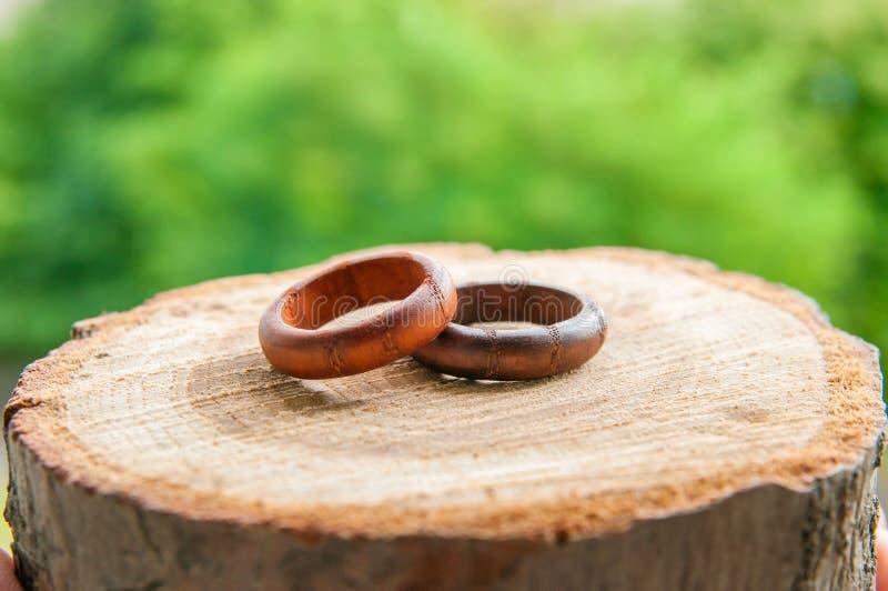 Alianças de casamento no estilo rústico imagem de stock