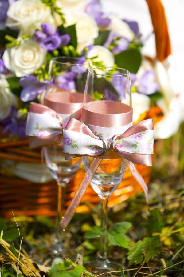 Alianças de casamento de prata na fita ou curva no vidro com champanhe fotos de stock
