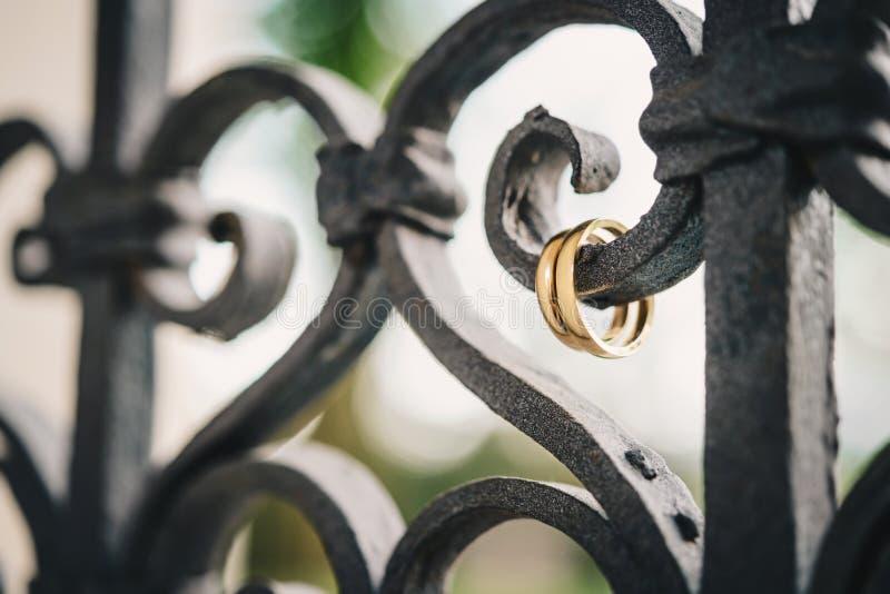 Alianças de casamento de suspensão em trilhos fotografia de stock royalty free