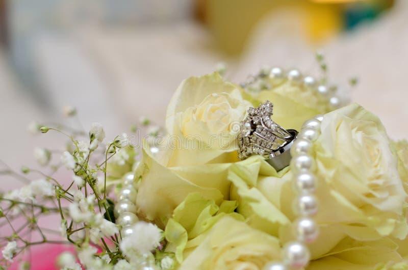 Alian?a de casamento nas rosas brancas fotografia de stock royalty free