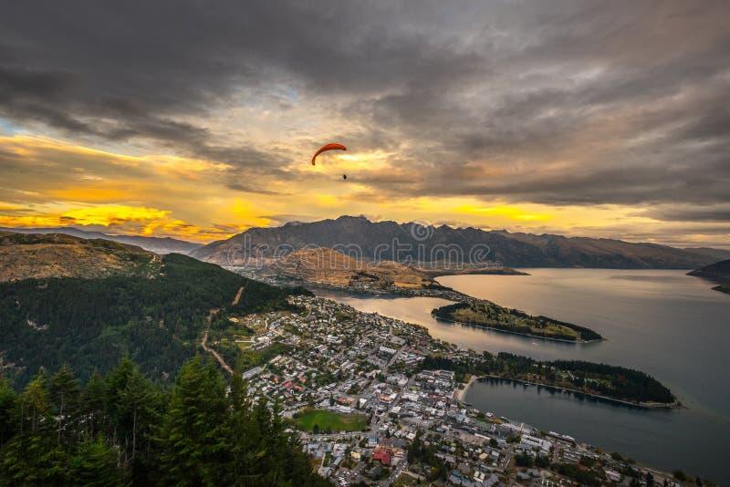 Aliante al tramonto, Queenstown, Nuova Zelanda immagine stock libera da diritti