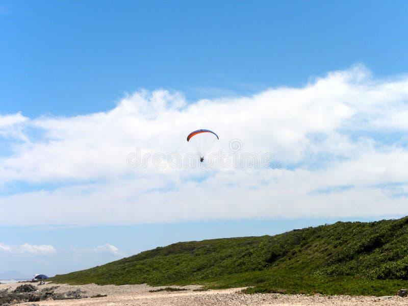 Aliante di Para sopra la spiaggia fotografia stock