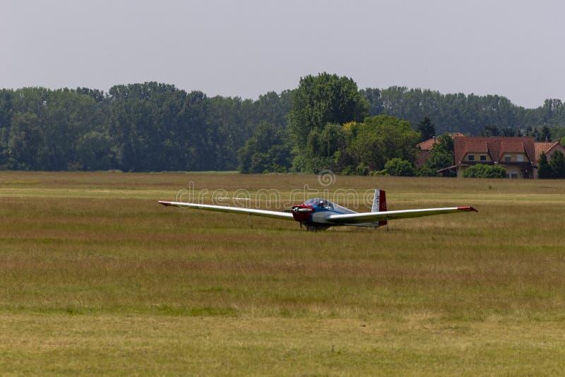 Aliante a motore con apertura alare larga Dunakeszi Ungheria immagini stock libere da diritti