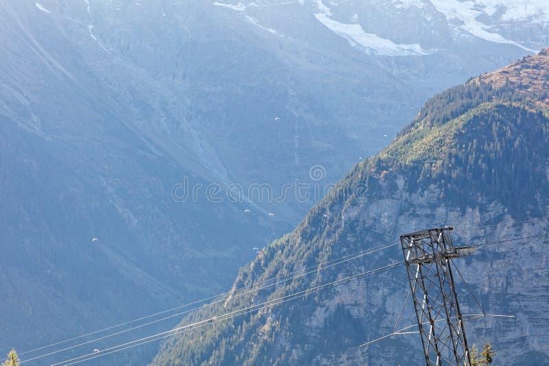 Alianti che scivolano sopra la valle autunnale soleggiata di Lauterbrunnen fotografia stock libera da diritti