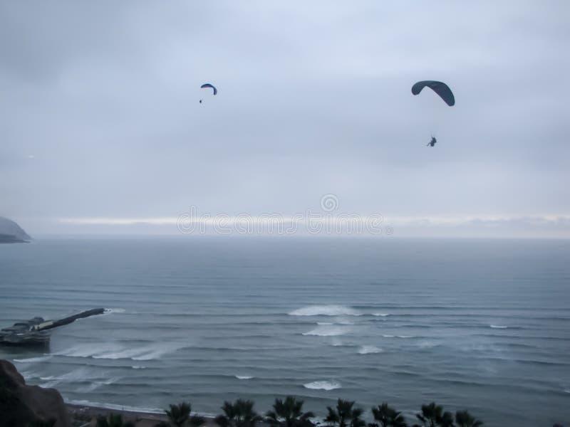 Alianti del cielo dell'oceano sopra Mira Flores Peru immagini stock