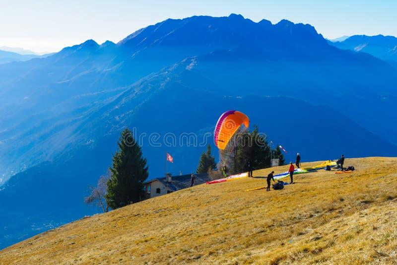 Alianti sulla catena montuosa di Cardada-Cimetta fotografia stock