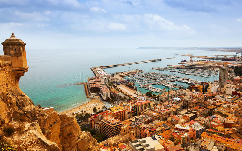 Alicante con los yates atracados del castillo españa imagen de archivo