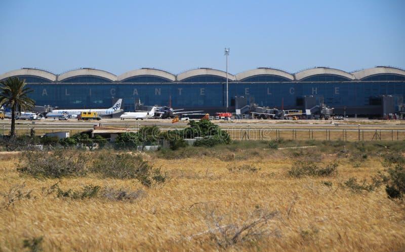 Alicante El Altet flygplats i en solig dag av v?ren royaltyfri bild