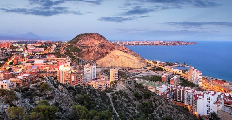 Alicante en España en la noche imagenes de archivo