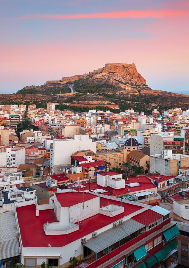 Alicante - España, opinión Santa Barbara Castle en el soporte Benacant foto de archivo