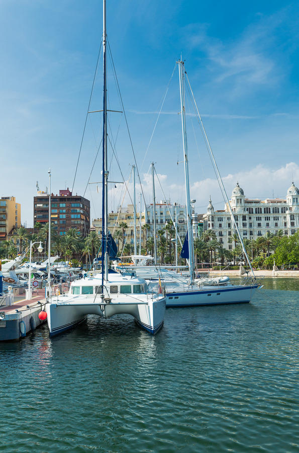 Download Alicante, Espagne - Septembre 2015 : Yachts Et Bateaux Dans La Marina Photographie éditorial - Image du moderne, plage: 76076732
