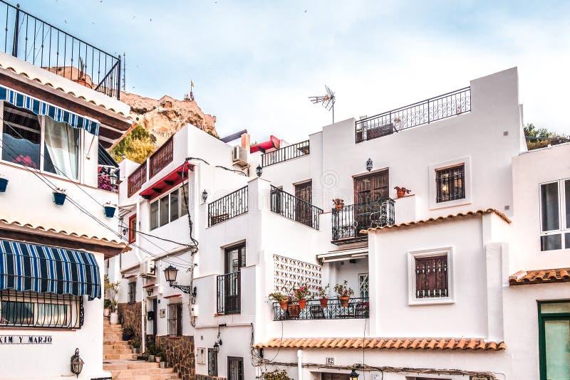 Alicante, Espanha, o 31 de dezembro de 2017: Rua velha bonita na cidade de Alicante, Costa Blanca, Espanha fotos de stock