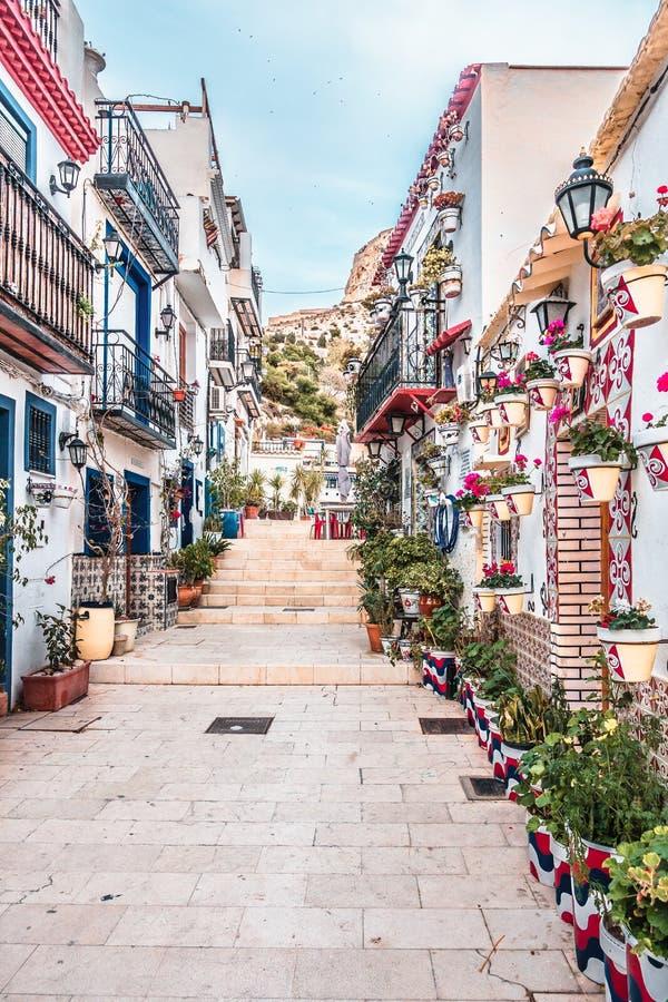 Alicante, Espanha, o 31 de dezembro de 2017: Rua velha bonita na cidade de Alicante, Costa Blanca, Espanha imagens de stock royalty free