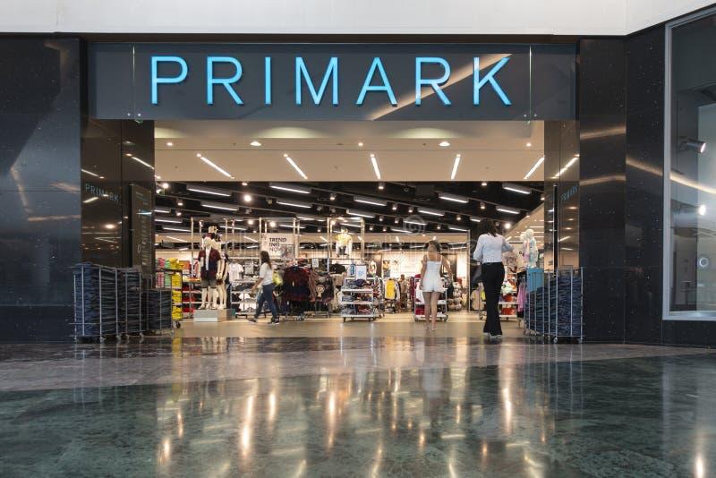 Alicante, Espanha, o 18 de junho de 2019: Entrada à loja de Primark no centro de compra Gran Via Alicante, Espanha fotografia de stock royalty free