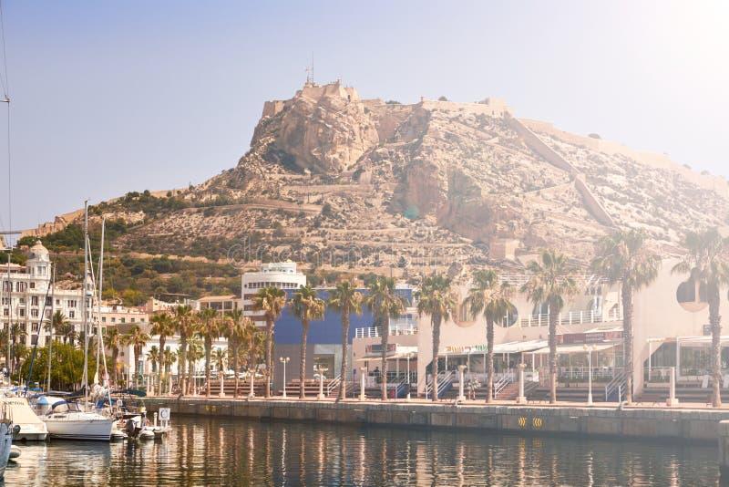 Alicante flotta och slotten royaltyfri bild