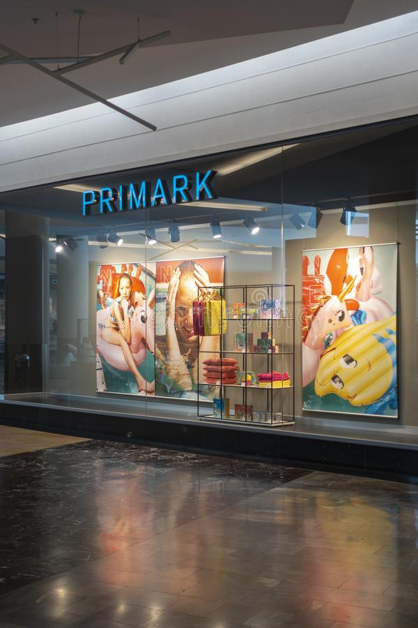 Alicante, Hiszpania, 18 Czerwiec, 2019: Primark sklepu gablota wystawowa w centrum handlowym Gran Via Alicante, Hiszpania zdjęcie royalty free