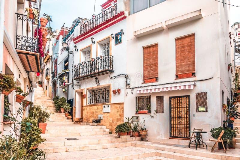 Alicante, Hiszpania, Grudzień 14, 2017: Piękna ulica w Alicante mieście, Costa Blanca, Hiszpania obrazy stock