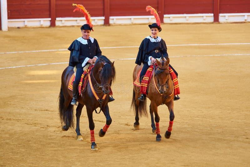 Alicante, Hiszpania/- 08 03 2018: Jeźdzowie na koniach przed walką z bykami obraz royalty free