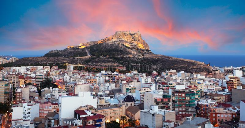 Alicante - Hiszpania, widok zamku Santa Barbara na górze Benacantil obrazy royalty free