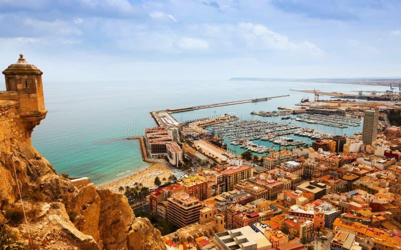 Alicante mit angekoppelten Yachten vom Schloss spanien stockbild
