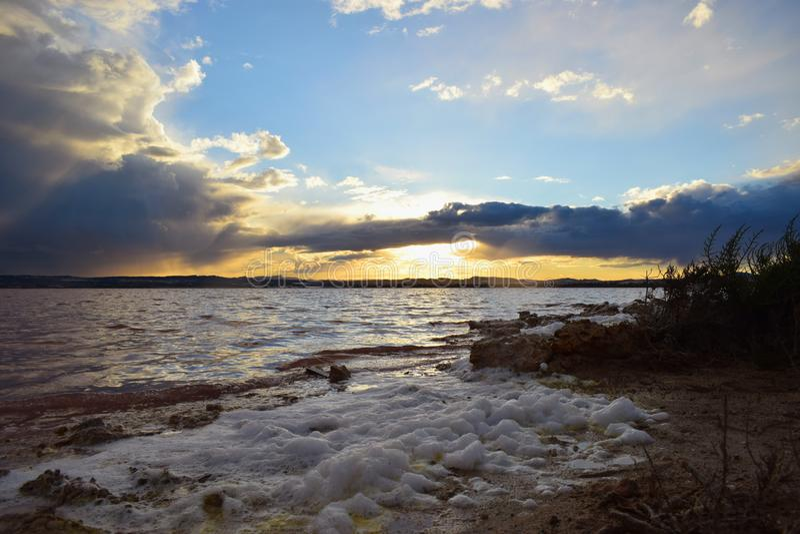 Alicante, słone jezioro salinas, naturalny park laguny, różowy jezioro, zmierzch, krajobraz, słońce fotografia stock