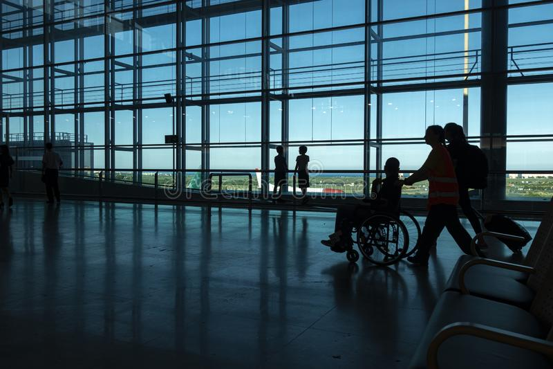 Alicante, Spanien - 11. Juni 2019: Schattenbild von Passagieren am Abfahrt-Anschluss in internationalem Flughafen Alicantes stockfotografie