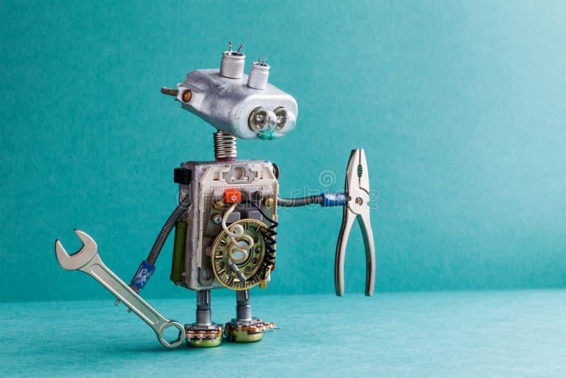 Alicates da chave do trabalhador manual do robô do eletricista O bulbo de lâmpada do brinquedo do cyborg do mecânico eyes os fios imagens de stock royalty free
