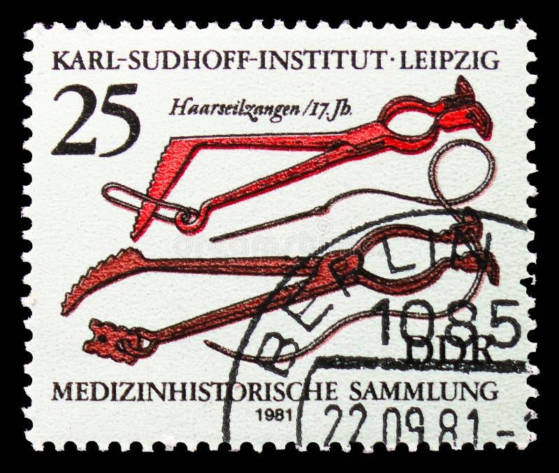 alicates do Cabelo-fio (século XVII), coleção da história médica, Karl Sudhoff Institute, serie de Leipzig, cerca de 1981 imagem de stock