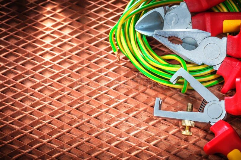 Alicates eléctricos del cortador de alambre de los separadores del aislamiento en el dieléctrico c imagenes de archivo