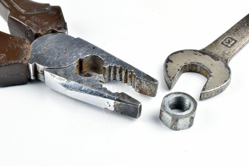 Alicates oxidados, llave y pernos de las herramientas viejas imagen de archivo libre de regalías