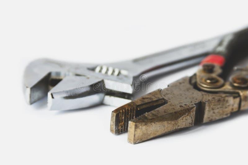 Alicates y llave en un fondo blanco fotos de archivo libres de regalías